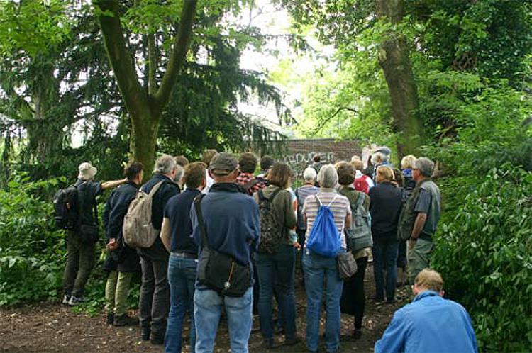 Aandachtig luisteren bij ingang van Frankendael.