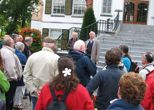Hans Janssen en Mart van den Oever leiden de excursie in voor het Raadhuis van Vught