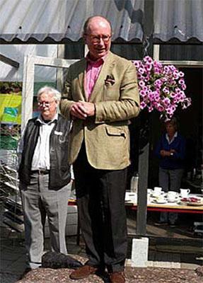 Hector de Beaufort, voorzitter van St. Von Gimborn Arboretum heet een ieder welkom. Links achter hem: Wilbert Hetterscheid, directeur Von Gimborn Arboretum.