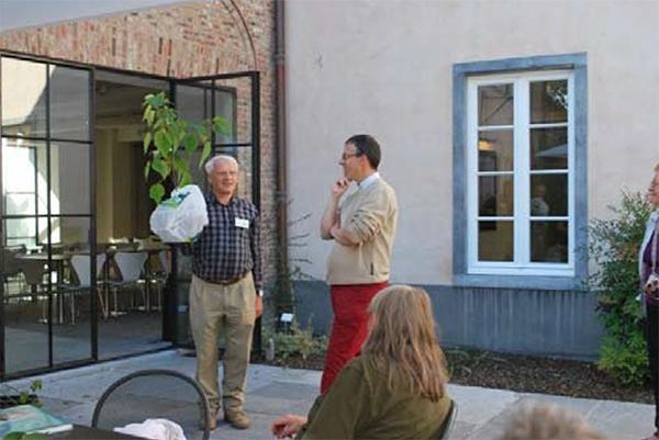 Piet de Jong overhandigt als dank een Mallotus japonicus aan Koen Kamelbeke, directeur van Arboretum Wespelaar