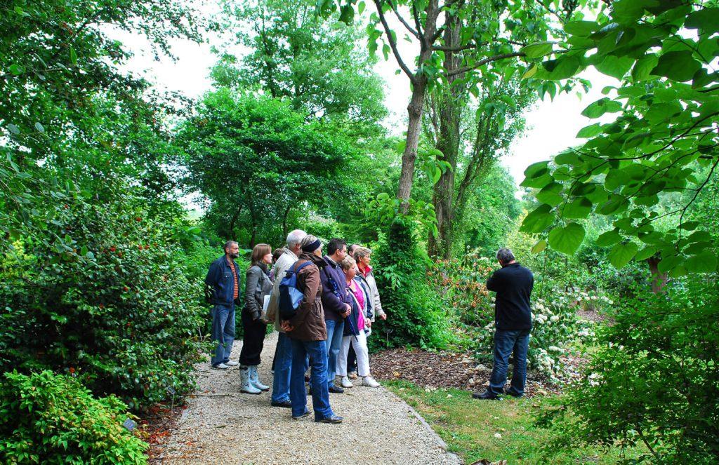 Bezoekers genieten van een rondleiding in het arboretum