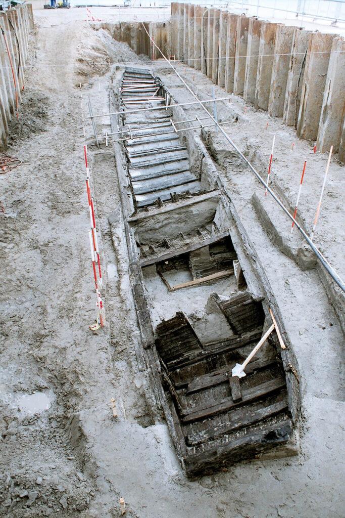 Overzicht van de Romeinse rivierpraam 'De Meern 1', van achter naar voren. Tegen de scheidingswand tussen de kajuit en het kombuis is deels nog het onderstel van het bed te zien waar de schipper op sliep. Foto: Rijksdienst voor het Cultureel Erfgoed