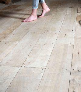 Prettig en warm een vloer van populierenhout